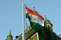भारत माता की जय के साथ दरगाह पर फहराया तिरंगा