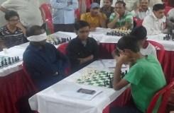 आँखों पर पट्टी बांध 8 खिलाड़ियों के साथ शतरंजकीबाजी