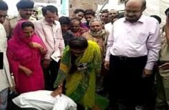 ठेकेदार ने भाजपा मंत्री के पैरों में सिर रखकर कसम खाई