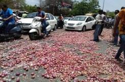 इंदौर: किसानों का जोरदार प्रदर्शन, सड़क पर फैलाई प्याज़