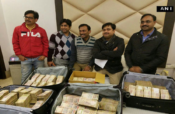 5-arrest-frome-delhi-hotel-with-old-currency