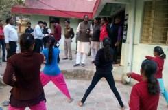 Video: जब मंत्री जी ने सिखाये छात्राओं को जूडो-कराटे के गुर
