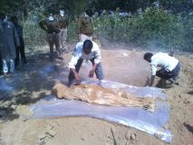 हाईकोर्ट के आदेश पर कब्र खोदकर निकाला महिला का शव