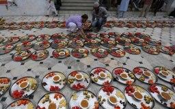 हिन्दुओ ने मंदिर में दी इफ्तार पार्टी
