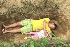 VIDEO: बेटी के साथ रोज कब्र में क्यों  सोता है ये पिता
