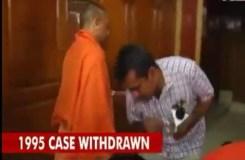 योगी आदित्य नाथ के पैर छू रहे पत्रकार का वीडियो वायरल