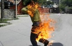 रेलवे स्टेशन के पास युवक ने खुद में लगाई आग, लोग बनाते रहे वीडियो