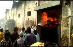 भीषण आग देख मुस्लिम युवकों ने नमाज़ छोड़ आग पर पाया काबू