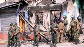 श्रीलंका : देश भर में लगा कर्फ्यू, सोशल मीडिया पर लगाया बैन