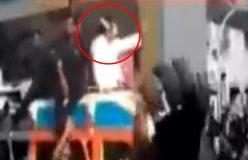 video : राहुल गांधी पर फेंकी माला, सीधे गले में जा गिरी