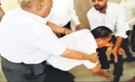 MP : राष्ट्रद्रोही कहते हुए प्रोफेसर से पैर पकड़कर मंगवाई माफी
