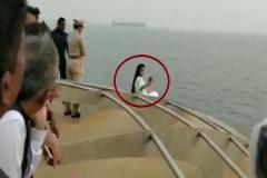 CM फडणवीस की पत्नी ने पहले ली ऐसी सेल्फी, फिर मांगी माफी
