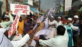जुमे की नमाज पढ़ मुसलमानों ने लगाए पाकिस्तान मुर्दाबाद के नारे, जलाया पुतला
