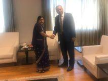पुलवामा आतंकी हमले के बाद पाक सांसद पीएम मोदी, सुषमा स्वराज से मिले