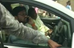 पश्चिम बंगाल : बाबुल सुप्रियो की गाड़ी पर हमला, झड़प व हिंसा के बाद लाठीचार्ज