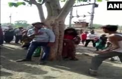 विवाहित महिला के साथ भागा प्रेमी, दो बहनों सहित पेड़ से बांधकर की पिटाई