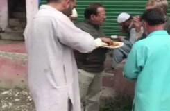 कश्मीर पहुंचे डोभाल, सड़क पर लोगों के साथ खाया खाना, बोले – सब कुछ अच्छा होगा