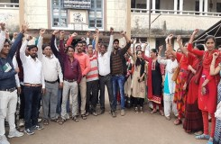 खंडवा : भूखे शिक्षकों ने खूब काटा बवाल, ठेकेदार और शिक्षा विभाग पर लगाए आरोप