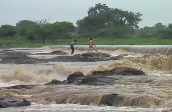 Khandwa, river, rescue, police, youth, Madhya Pradesh, Kishore Kumar, cemetery, river Abna