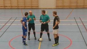 Futsal Vega-Pumas. Helge Myklebust og Tore Schjølberg blåser.