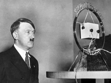 Bundesarchiv_Bild_183-1987-0703-506_Adolf_Hitler_vor_Rundfunk-Mikrofon