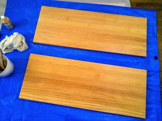 水性ウレタンニスを塗った棚板の表面
