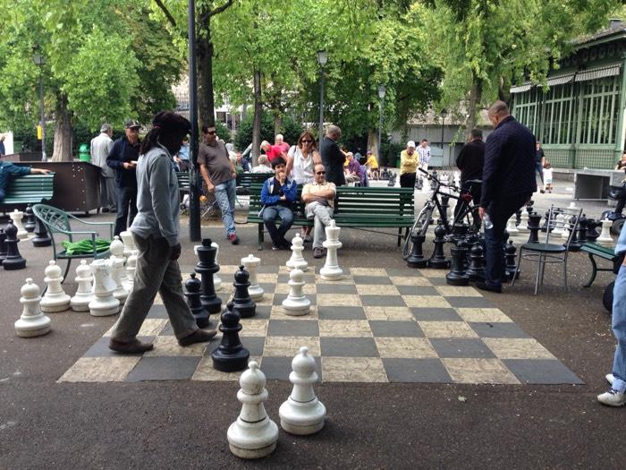 大きな盤の上で、チェス対戦中。