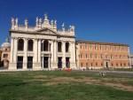 正式名は、サン ジョヴァンニ イン ラテラーノ大聖堂。世界遺産。 896年まで、ここがカトリック教会の「首席教会堂」だったそうです。 古代においてラテラノ大聖堂は「救世主大聖堂」と呼ばれ、ローマの多くの教会のランク付けの中で最上位に置かれ、信徒たちの敬意を集めた。ラテラノ大聖堂はローマ司教としての教皇の司教座聖堂であることから、「全カトリック教会の司教座聖堂」とも称されています。 Wikipedia引用