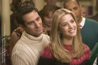 (From L to R) René Lavan and Julie Gonzalo in Christmas with the Kranks (2004)