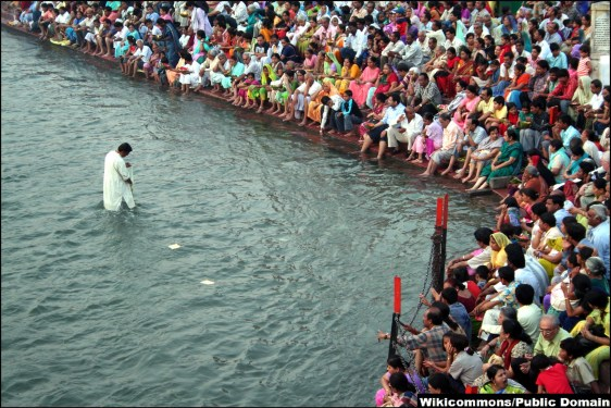 Ganges hosts Hindu prayer