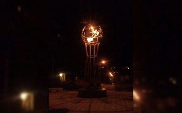 У памятника космонавтам Волковым в Горловке начала работать ночная подсветка