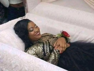 nigerian-lady-set-the-internet-on-fire-after-releasing-pre-burial-photo-as-friends-take-pictures-with-her-tgtrends_com_ng