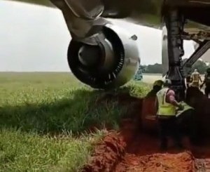 airplane-runs-into-ditch-gets-stuck-during-takeoff-in-lagos-video-tgtrends_com_ng