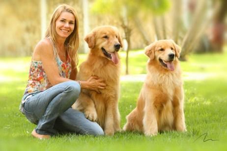 imagem mulher e cães da raça golden
