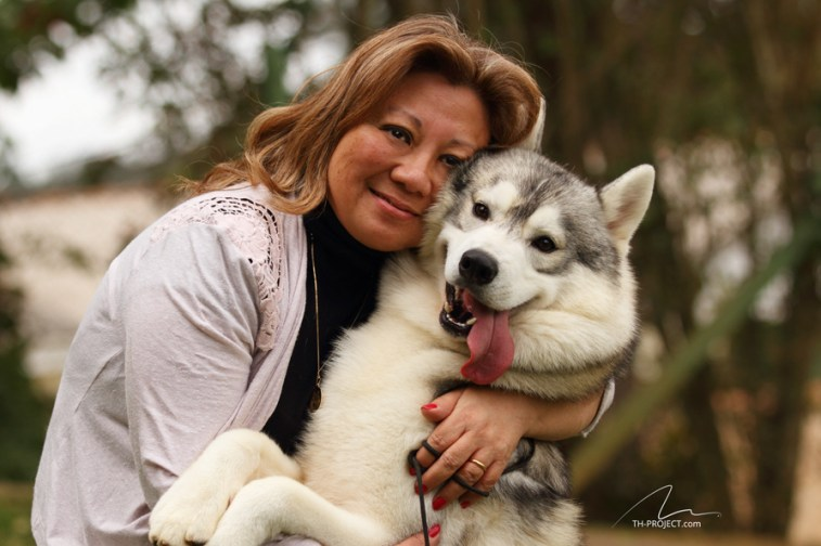 imagem mulher abraçando seu amigo husky siberiano