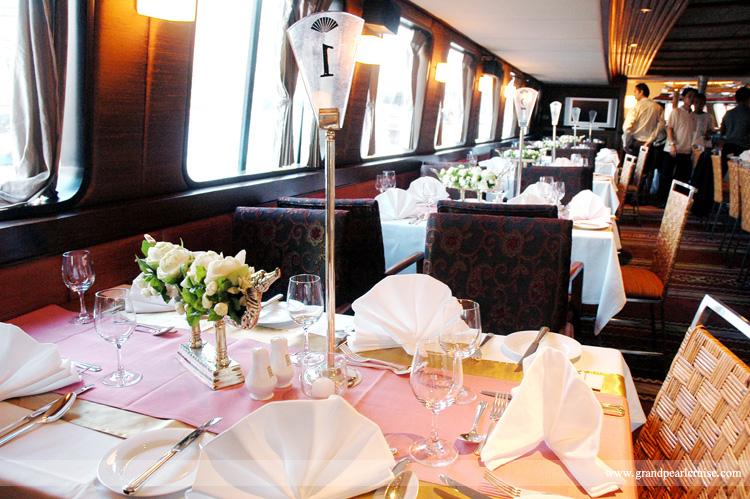 โต๊ะที่นั่งรับประทานอาหารภายในเรือ