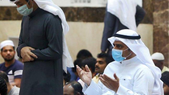 الداعية سليمان الرحيلي يبين حكم ارتداء الكمامة والقفازات أثناء الصلاة