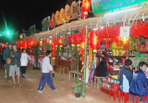 Tee-Präsentationsstände der Erzeuger auf dem Teefestival von Doi Mae Salong