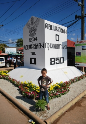 Alex vorm Kilometerstein 0 der Straße von Doi Mae Salong