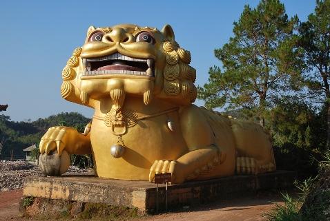 """""""Wächter""""-Löwe am Eingang zum Tee-Denkmal in Doi Mae Salong"""