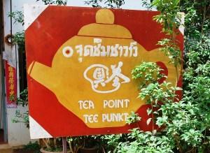 Schild des Tee-Shops in Ban Doi Wawee in Deutsch und Englisch