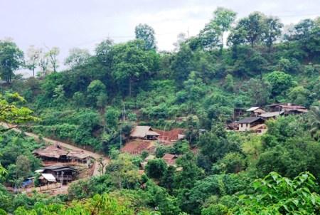 An einen Hang geschmiegtes Bergdorf bei Doi Chang, Nordthailand