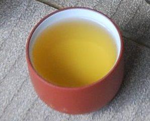 Jin Xuan Winter- (Raureif-) Oolong: goldgelbe Farbe des fertigen Tees