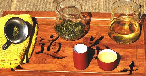 Exploration von Wildem Spring Long Jing Tee in der Glaskanne