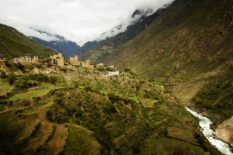 Tibetisches Dorf an der alten Tee-Pferde-Straße in Sichuan
