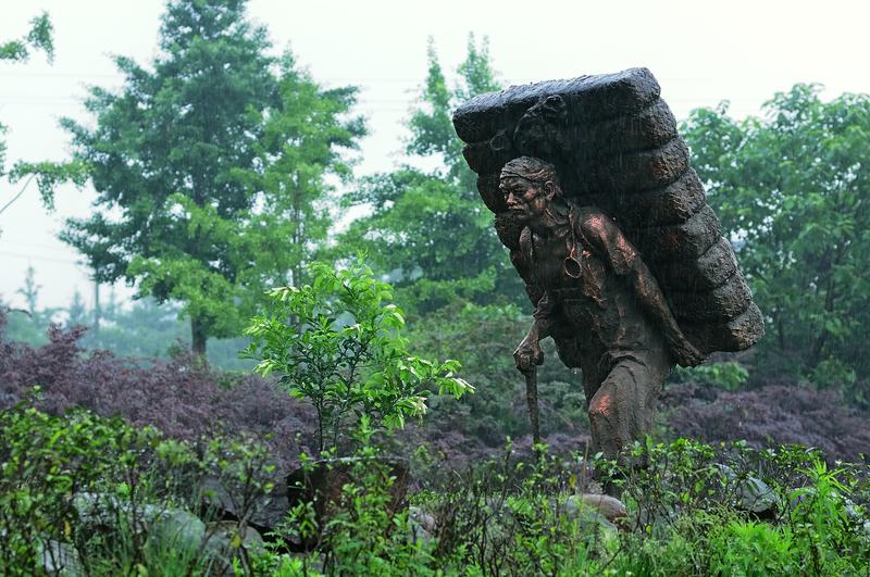 Skulptur zum Gedenken an die alte Tee-Pferde-Straße in Sichuan