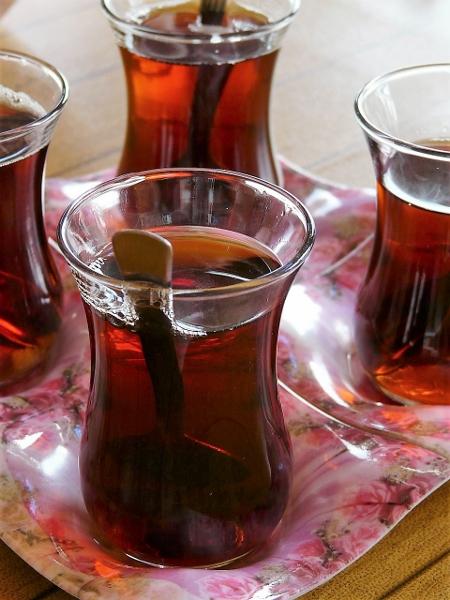 Türkischer Schwarztee - stark und mit viel Zucker