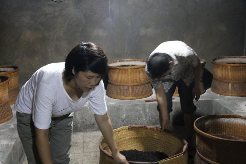 Cindy Chen - Teeverarbeitung von Hand nach überliefertem Artisan-Prozess