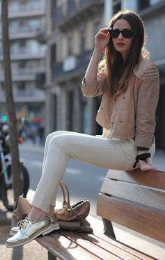 รองเท้า-Oxford-สีทอง-Zara-แจ็คเก็ต-สีเบจ-HM-สเว็ตเตอร์-สีเทา-Zara-กางเกงยีนส์สีขาว-Zara-กระเป๋า-Balenciaga