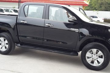 Toyota-Hilux-Revo-black-side